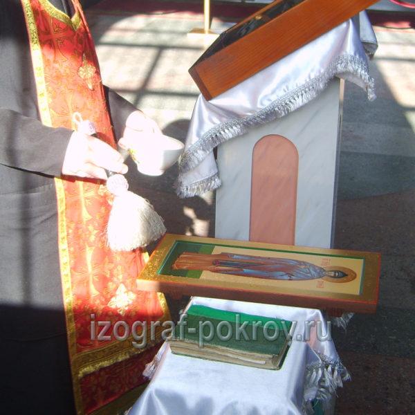 После написания иконы св. Софии Суздальской ее освящает настоятель в храме Покрова Пресвятой Богородицы