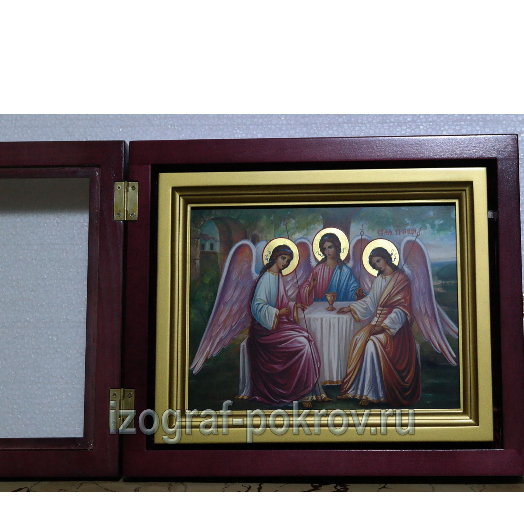 Икона Троица в киоте с открытой дверцей