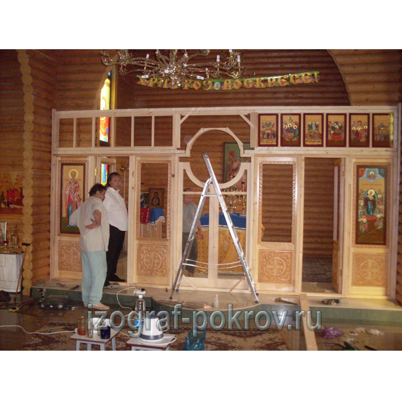 Монтаж деревянного иконостаса в храме