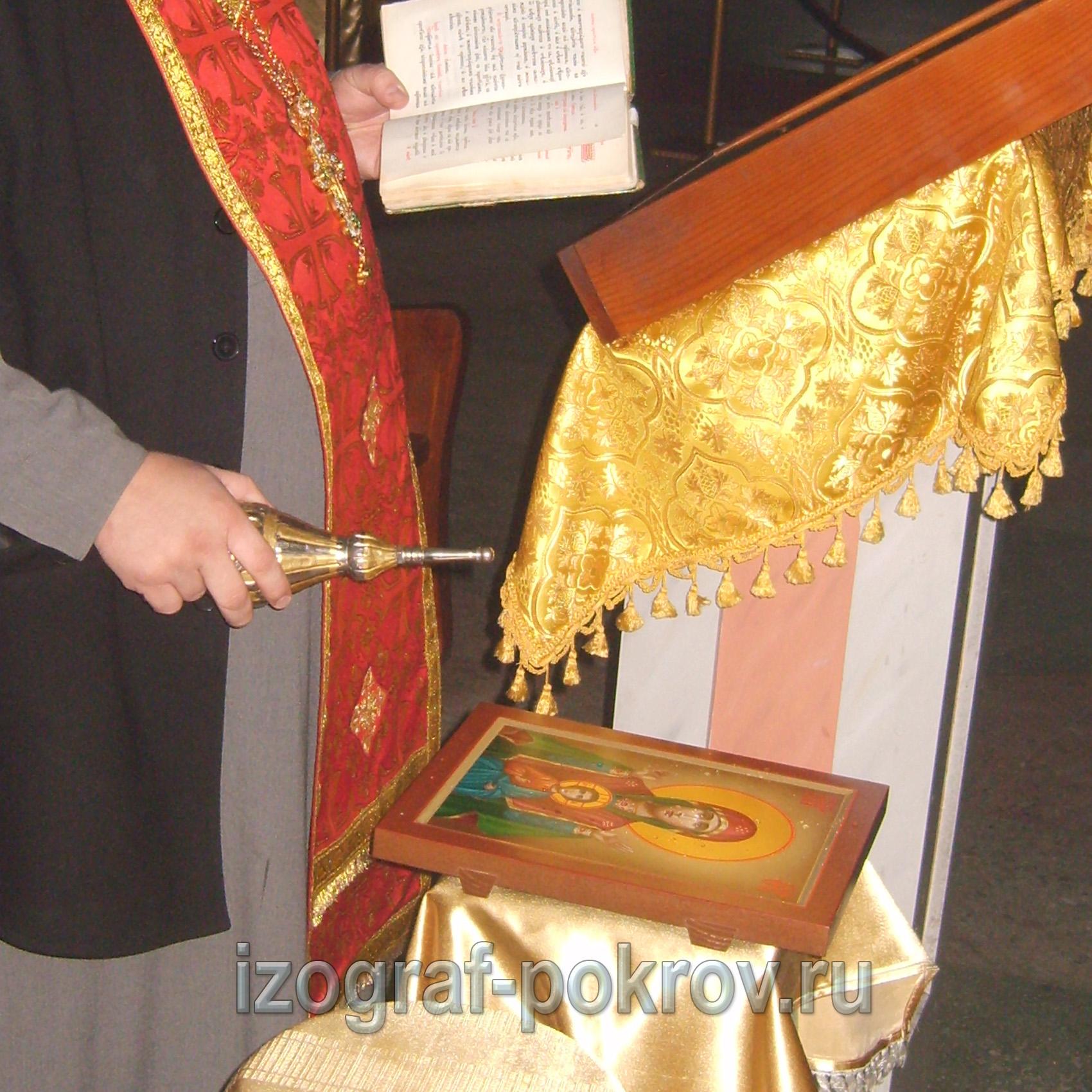 Готовая икона Божией матери Знамение настоятель освящает в храме Покрова Пресвятой Богородицы.
