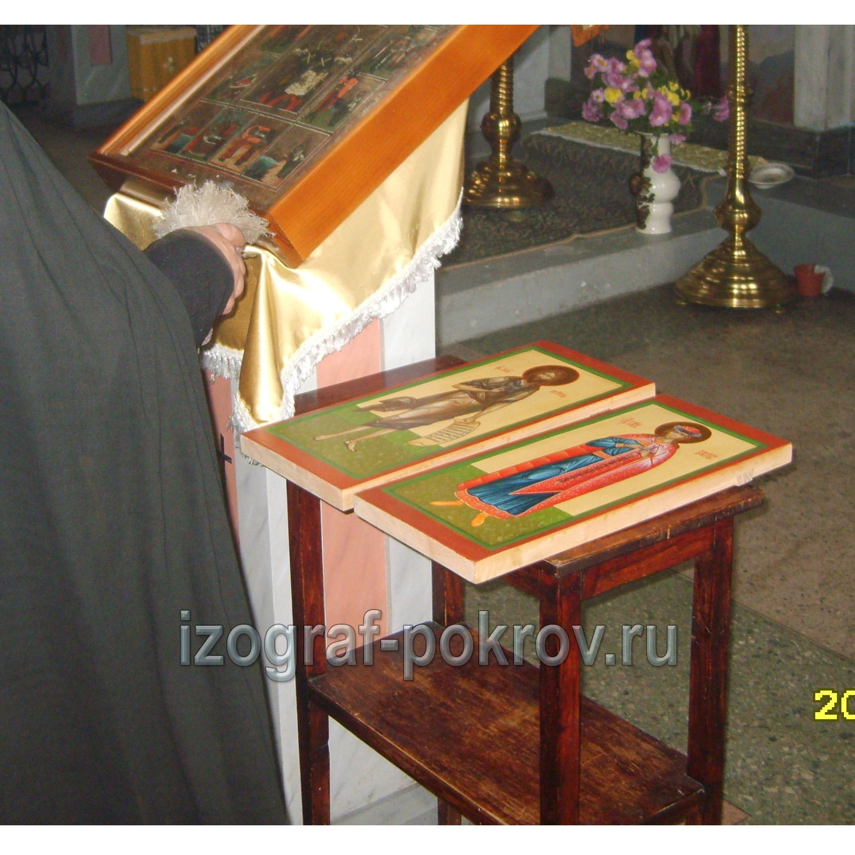 Готовые иконы Иоанна Предтечи и Давида Ярославского освящает настоятель храма Покрова Пресвятой Богородицы
